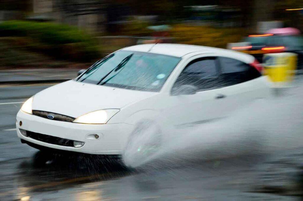 Seguro de carro cobre alagamento não force o carro contra enchentes